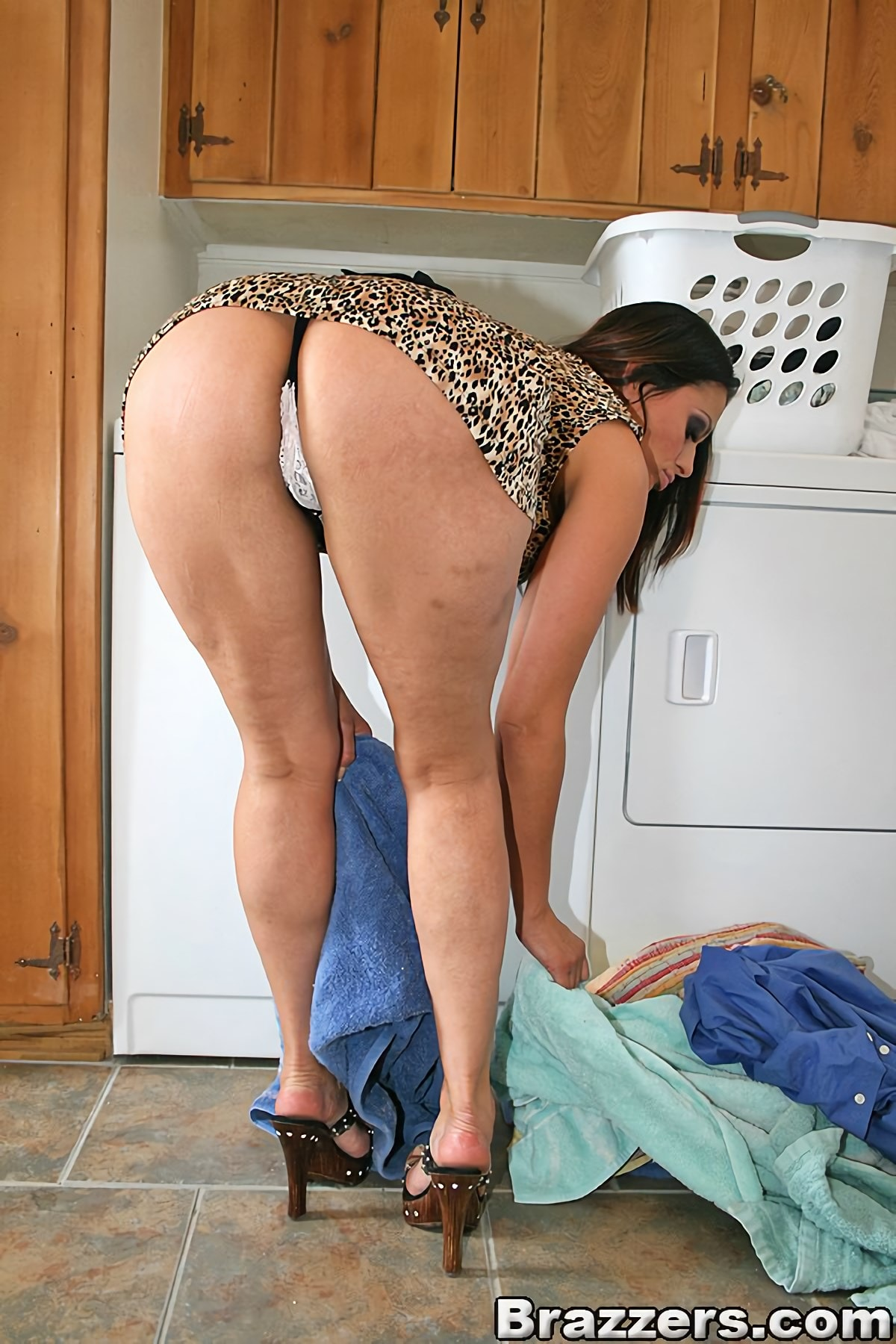 Под юбкой стринги порно фото