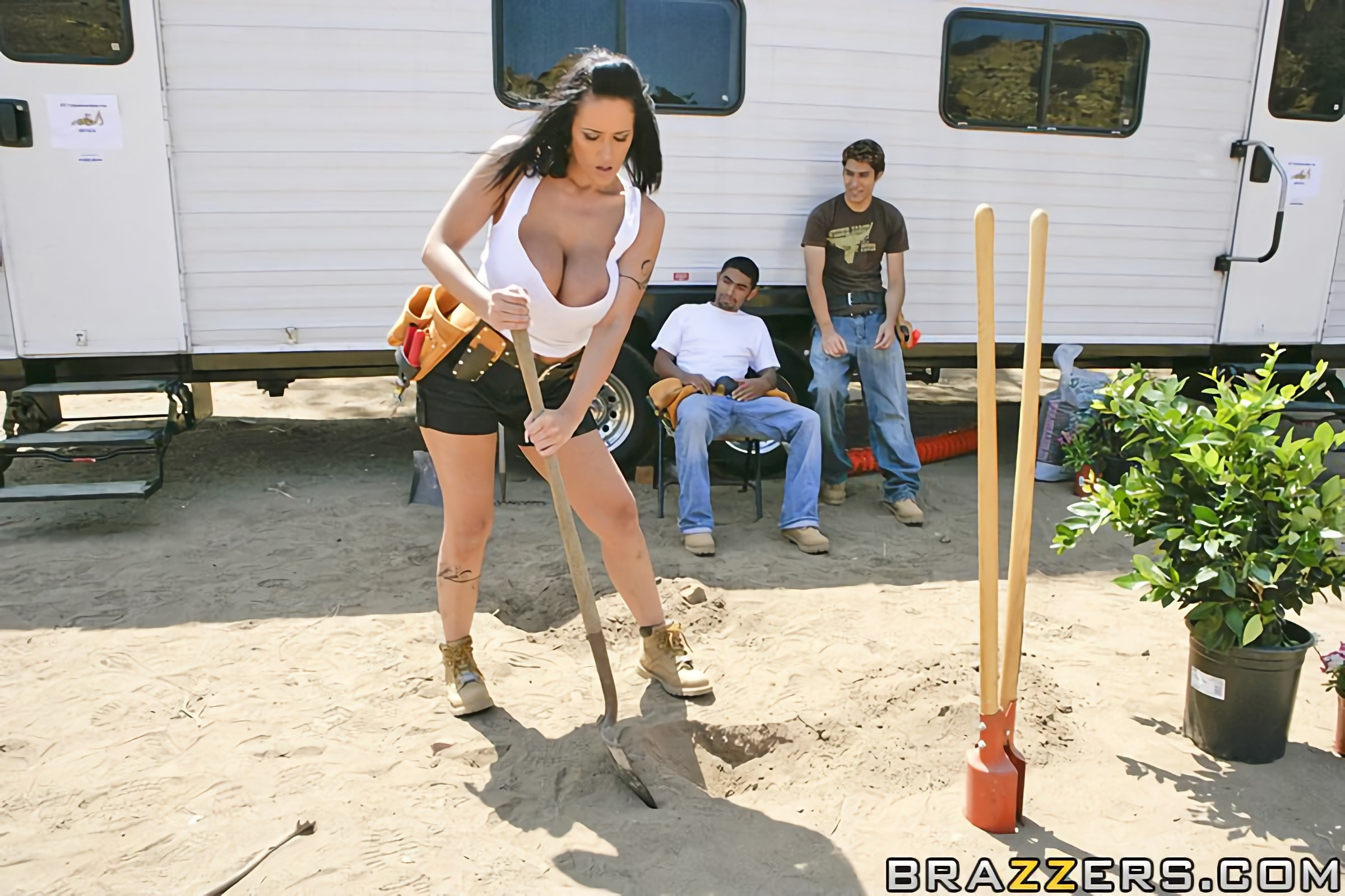Brazzers 'City Beautification Tits!' starring Carmella Bing (photo 4)