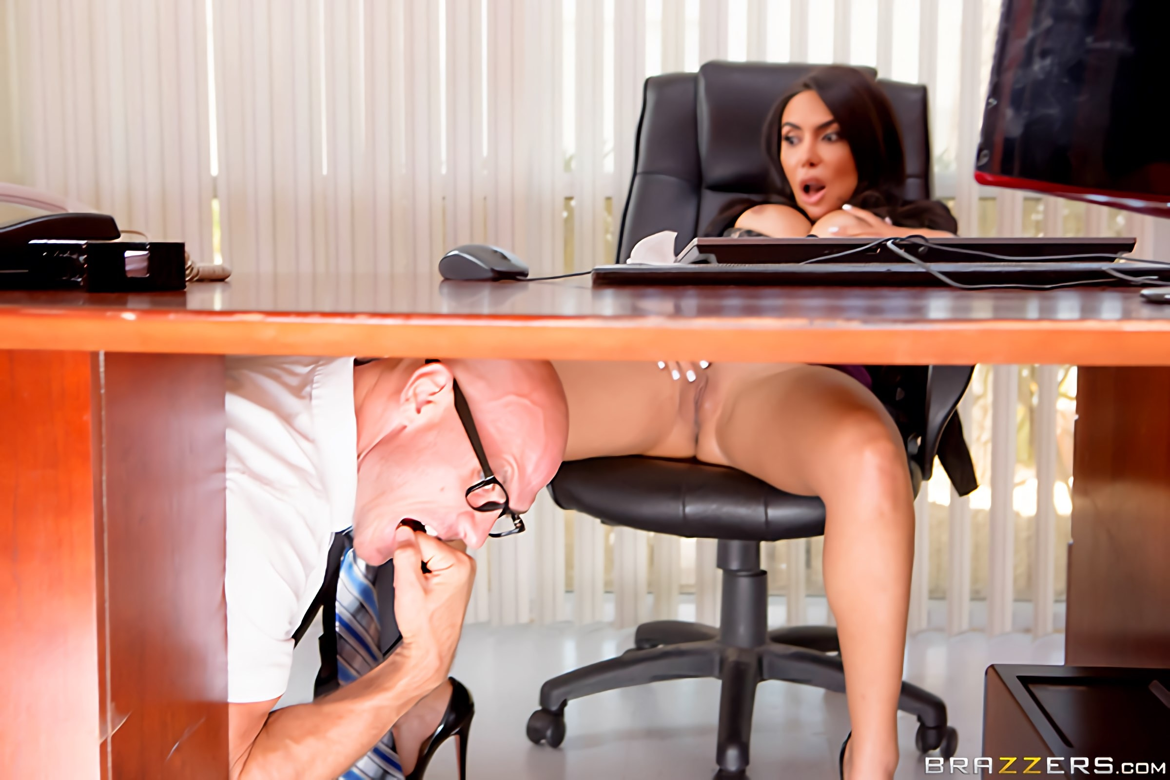 как порно ножки под столом был