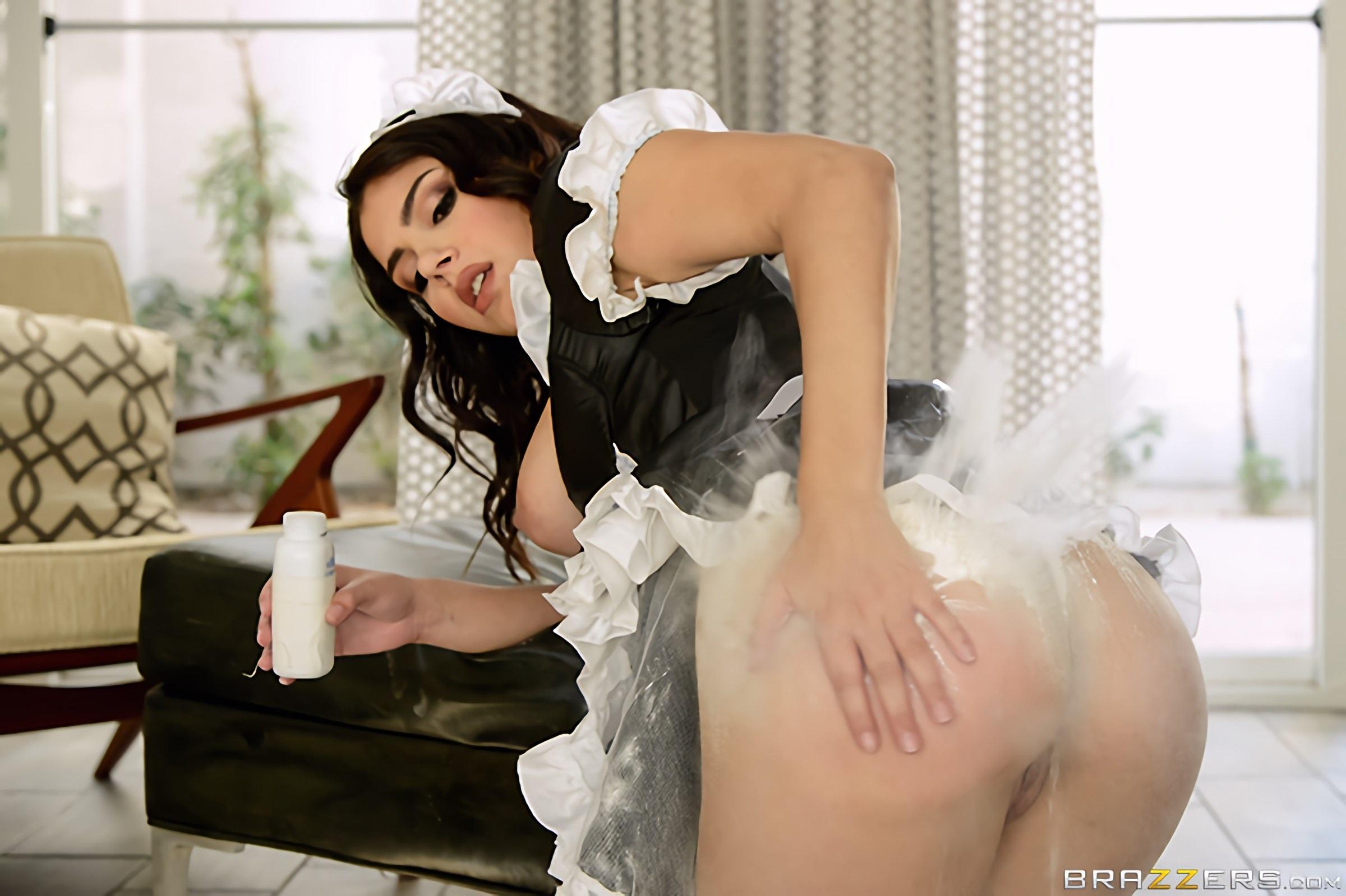 Brazzers 'Scrub That Trunk' starring Valentina Nappi (Photo 12)