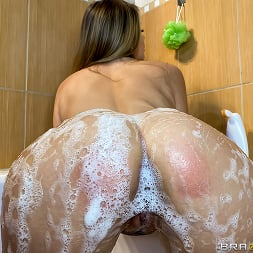Candy Alexa in 'Brazzers' Candy And Kira Share A Bath (Thumbnail 3)