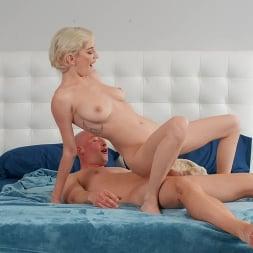 Skye Blue en 'Brazzers' Gran teta lesbiana (Miniatura 4)