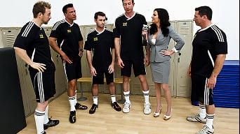 Veronica Avluv in 'Five to One'