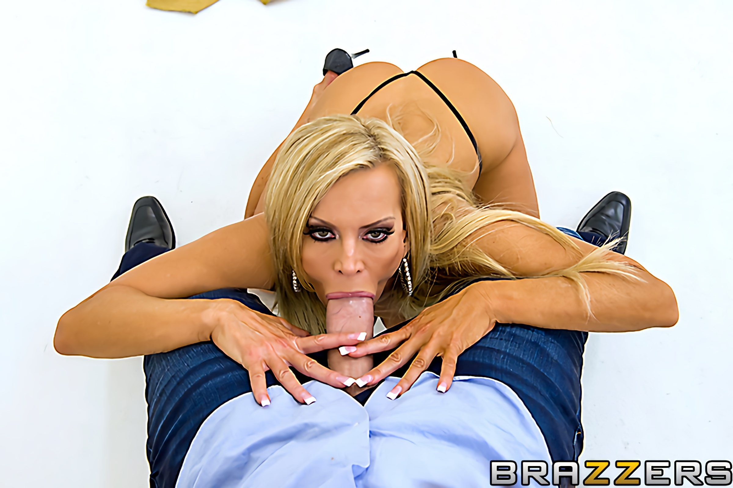 Brazzers 'Centerfold Me Over' starring Amber Lynn (Photo 5)